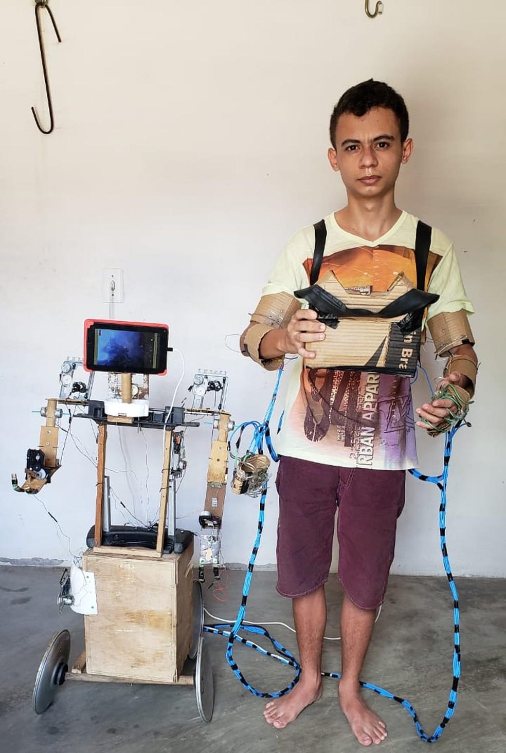 Robô Colossus (foto) foi construído por Lucas usando técnicas avançadas de engenharia — Foto: Jefferson Maia/SVM