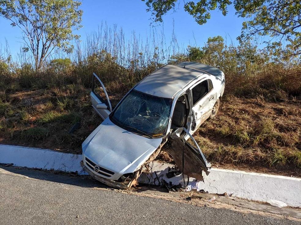 Durante acidente, carro foi jogado para um elevado, no acostamento da pista.  — Foto: Blog do Braga