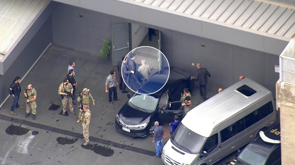 Temer deixa carro no aeroporto de Guarulhos — Foto: Reprodução/TV Globo