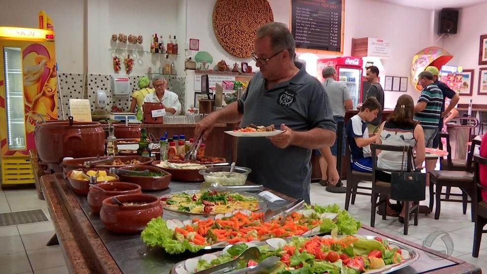 O fato de as pessoas voltarem a comer fora ajudou a puxar para cima desempenho do setor de serviços (Foto: Reprodução/ TVCA)