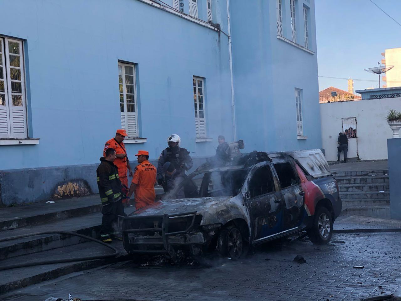 Viatura pega fogo em frente a escola no Centro de Manaus