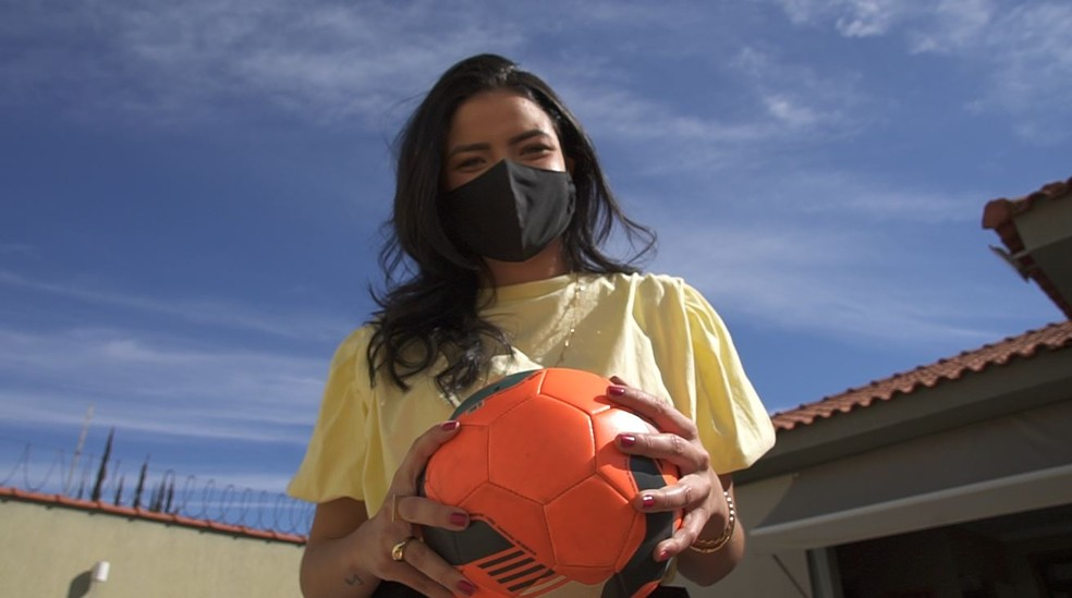 Cantora Gabi Fernandes também é fã de futebol — Foto: Aurélio Sal/EPTV