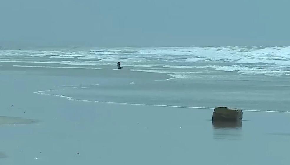 Pacote com mais de 100 kg foi achado na praia de São Marcos, em São Luís — Foto: Reprodução/TV Mirante