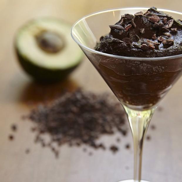 Receita saudável e saborosa: mousse vegano de abacate com cacau (Foto: Divulgação)
