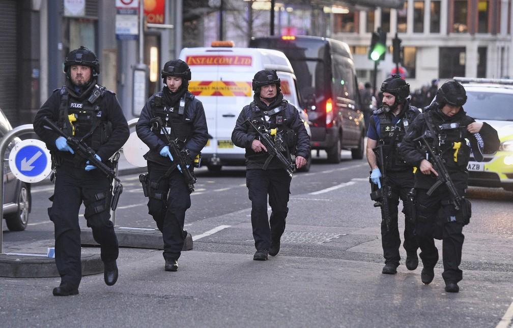 Policiais patrulham rua em Londres após atentado na London Bridge nesta sexta-feira (29) — Foto: Kirsty O'Connor/PA via AP
