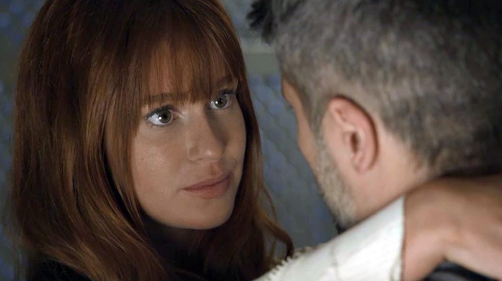 Luz (Marina Ruy Barbosa) sente que León está mesmo protegendo Gabriel (Bruno Gagliasso), em 'O Sétimo Guardião' — Foto: Globo