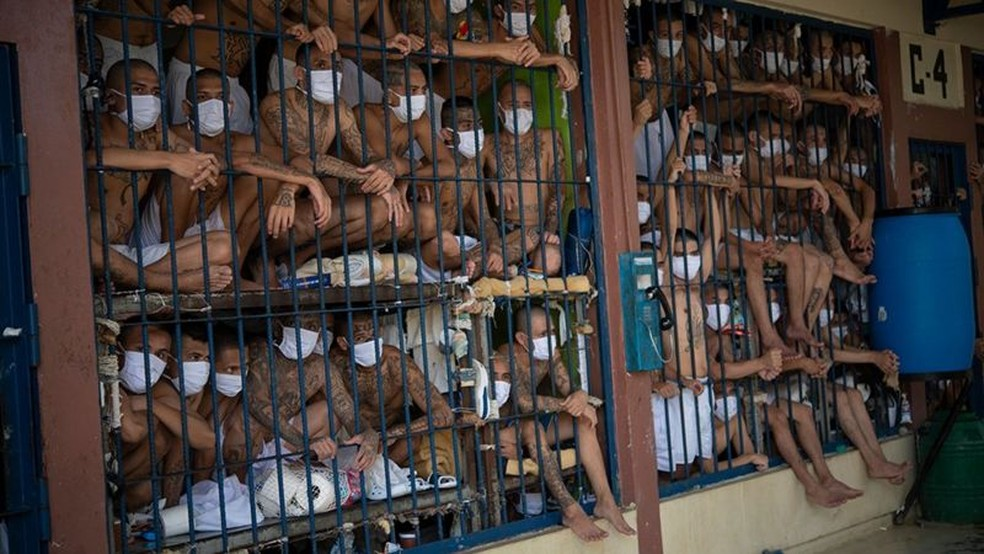 El Salvador tem a maior taxa de prisioneiros per capita da América Latina e do Caribe, mas vários países têm prisões ainda mais superlotadas — Foto: Getty Images/BBC