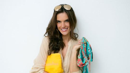 Alessandra Ambrosio abre a mala e mostra coleção de biquínis