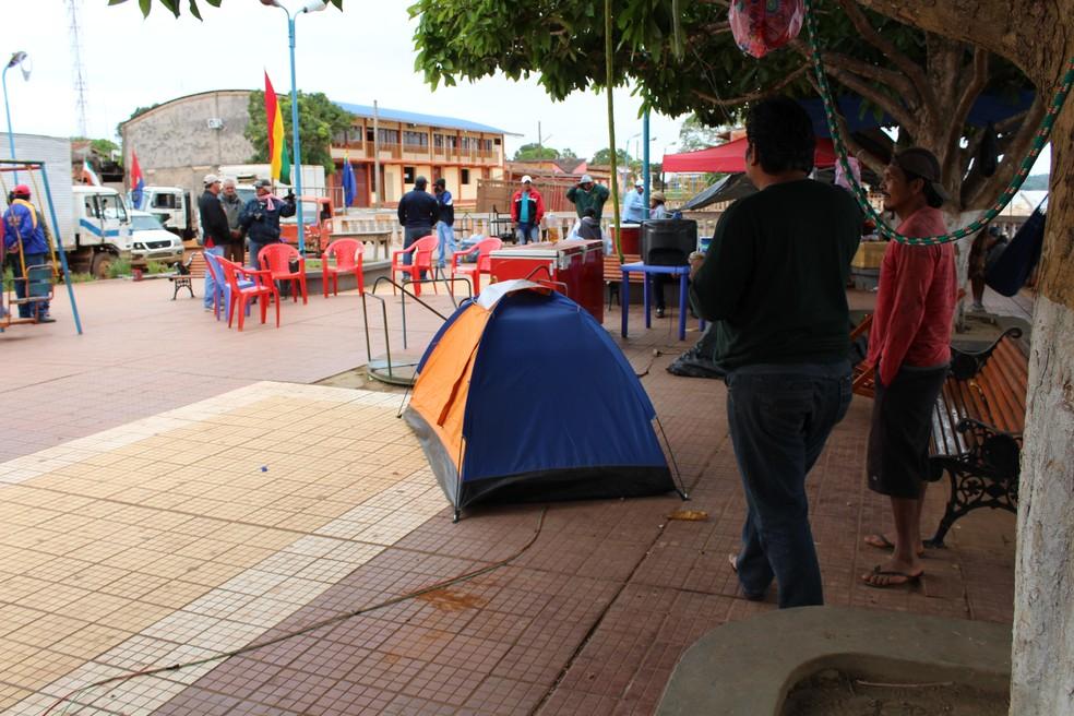 Manifestantes bolivianos estão acampados no porto há quase um mês  (Foto: Júnior Freitas / G1 RO )