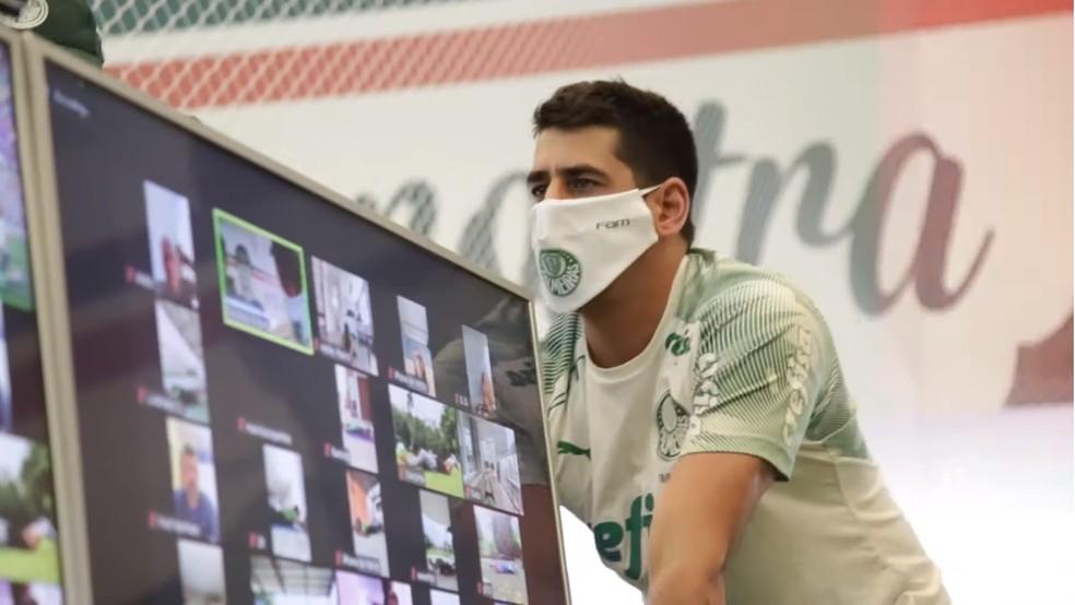 Preparador físico do Palmeiras com máscara personalizada — Foto: Reprodução / YouTube