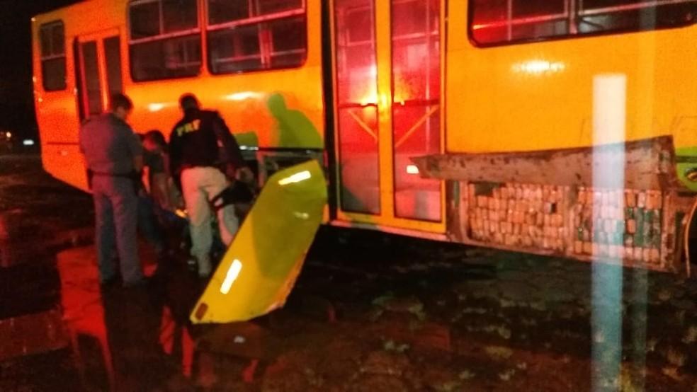 Centenas de tabletes de maconha foram localizados em ônibus escolar em Juquiá, SP — Foto: Divulgação/Polícia Rodoviária Federal