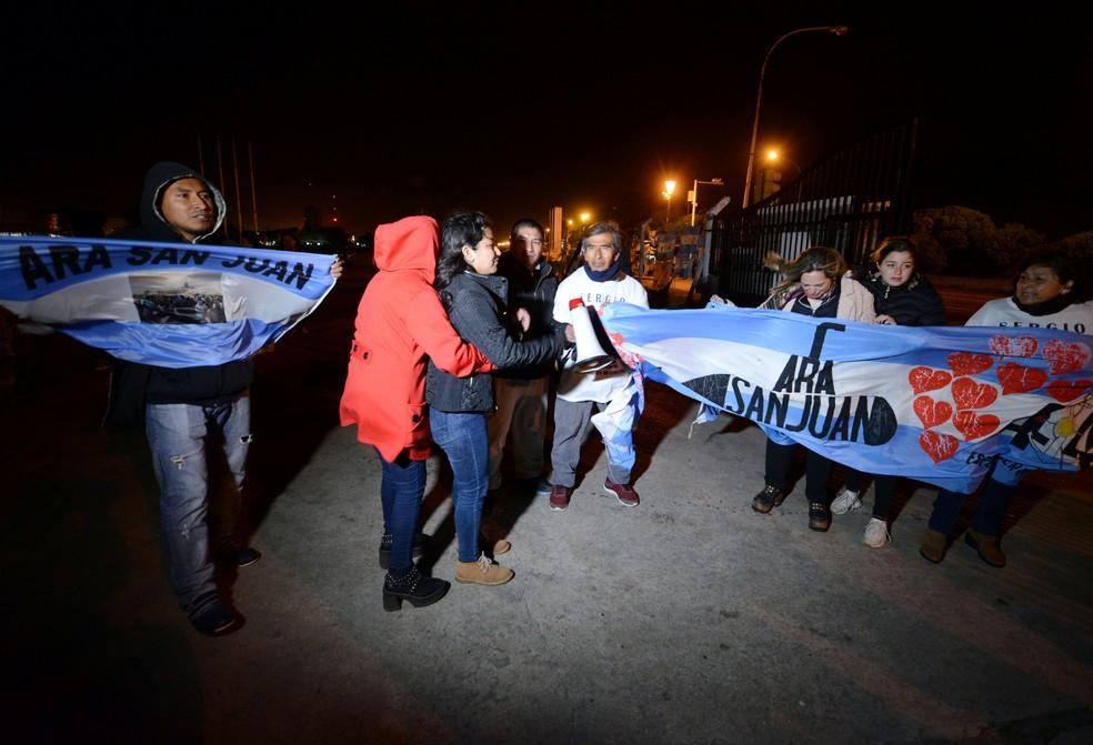 Na Base Naval Argentina, familiares de tripulantes do submarino ARA San Juan recebem a notícia de que embarcação foi encontrada — Foto: REUTERS/Marina Devo