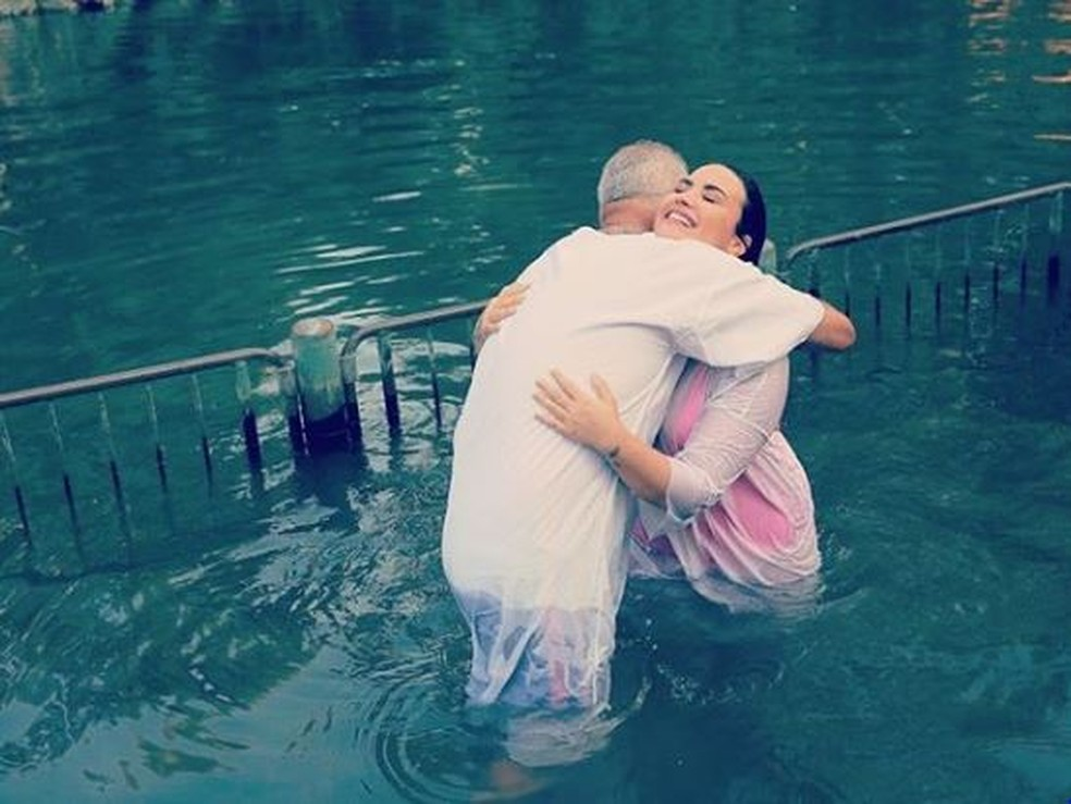 Demi Lovato se batiza no rio Jordão, em Israel �?? Foto: Divulgação