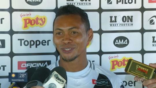 Conversa com Piá, gols de falta e opções de jogo: Alex Maranhão é apresentado na Ponte Preta