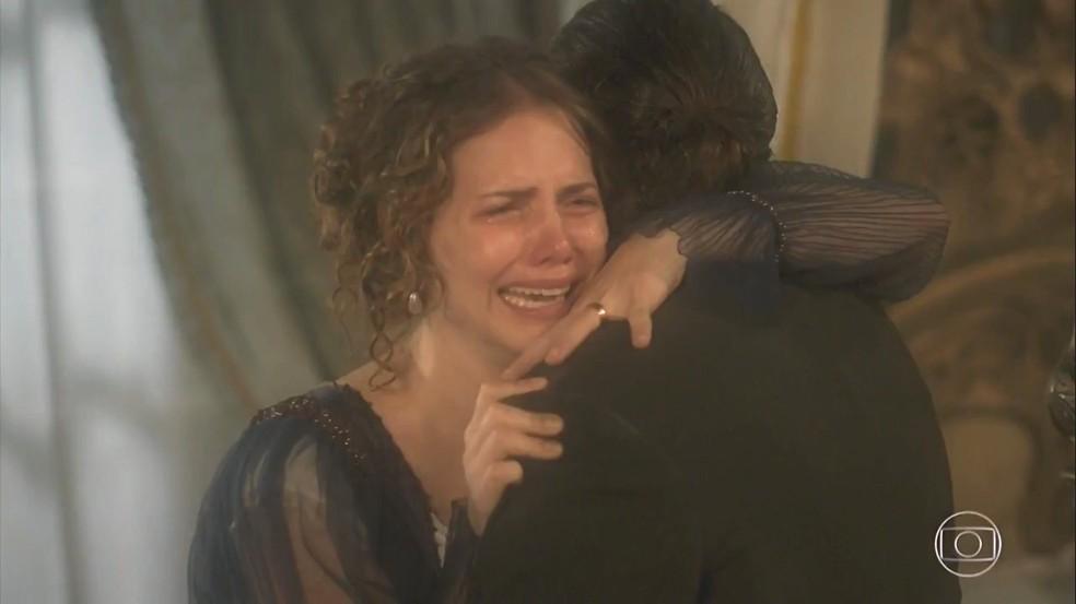 Passando por uma crise nervosa, Leopoldina (Letícia Colin) chora nos ombros de Bonifácio (Felipe Camargo), em 'Novo Mundo' — Foto: TV Globo