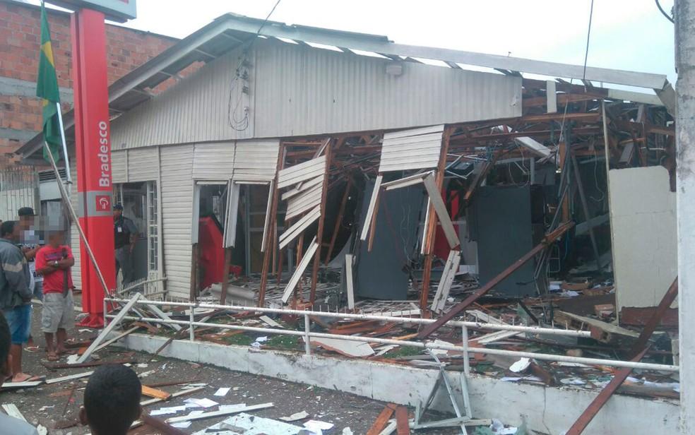 Agência teve estrutura completamente destruída após explosão, na madrugada deste sábado (Foto: Lucas Paulo Monteiro da Silva/ Arquivo pessoal)