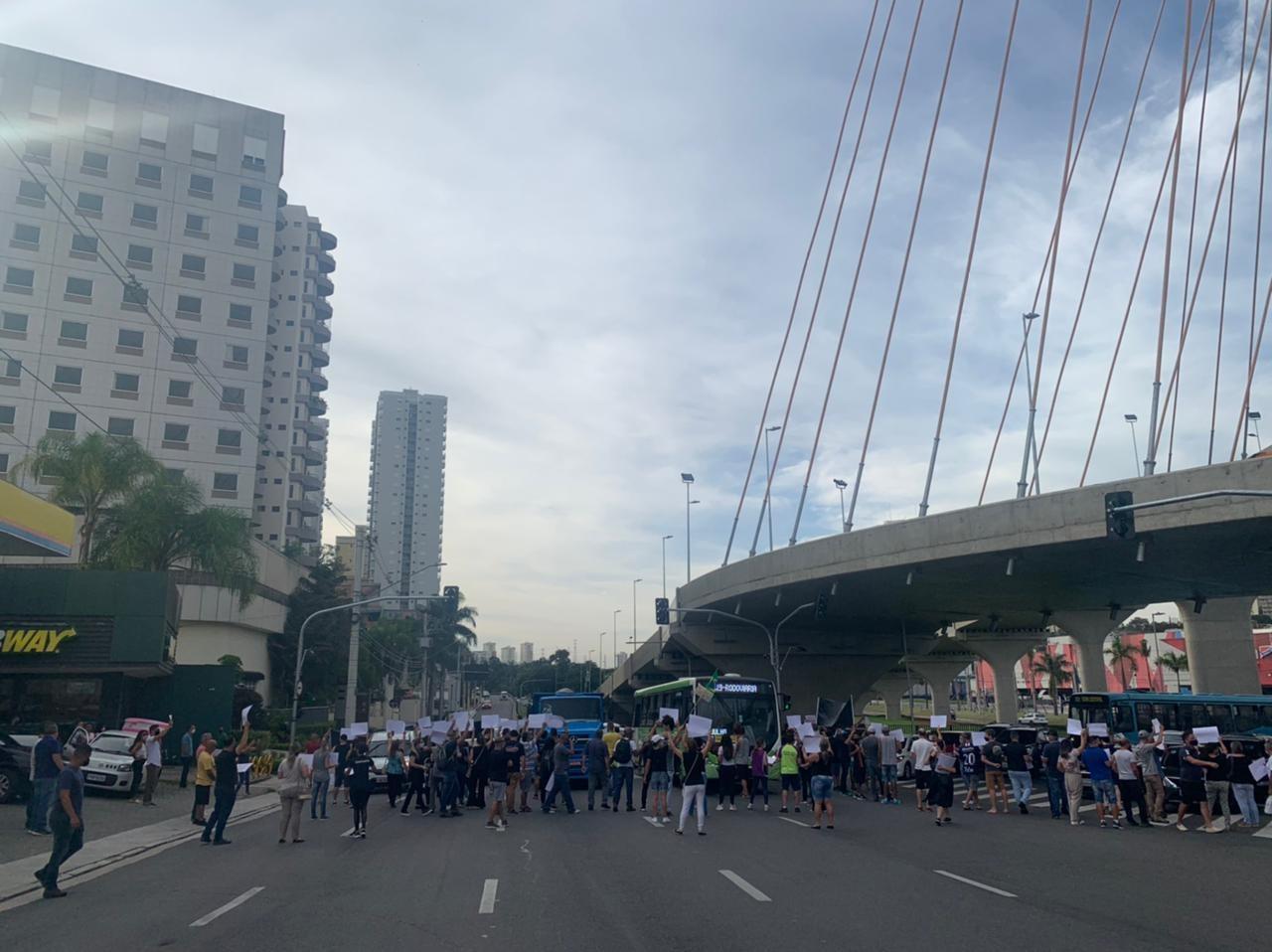 Comerciantes protestam contra regras da fase vermelha na Ponte Estaiada em São José dos Campos