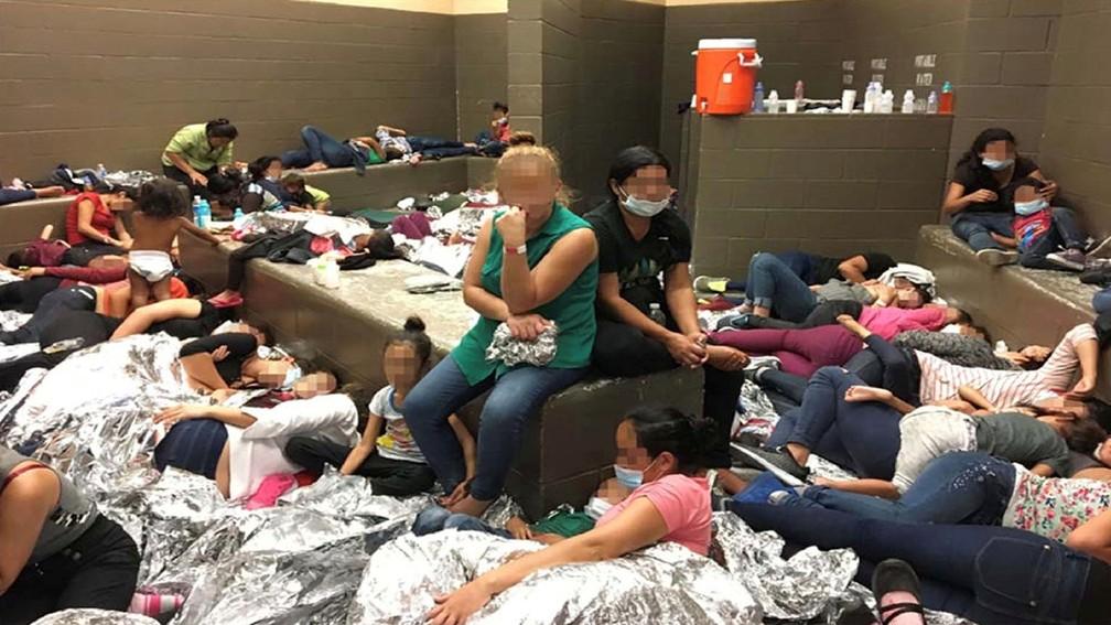 Famílias de imigrantes clandestinos se deitam no chão em centro da Patrulha de Fronteira em Weslaco, nos EUA — Foto: Office of Inspector General/DHS/Handout via Reuters