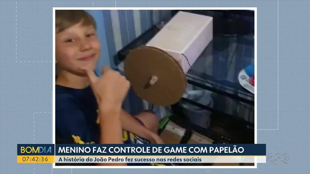 Menino faz controle de vídeo game de papelão e vira a sensação na internet