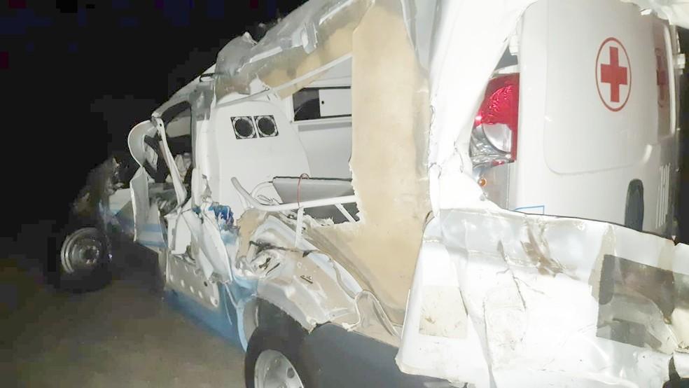 Ambulância foi atingida por caminhão que entrou na contramão — Foto: PRF/Divulgação