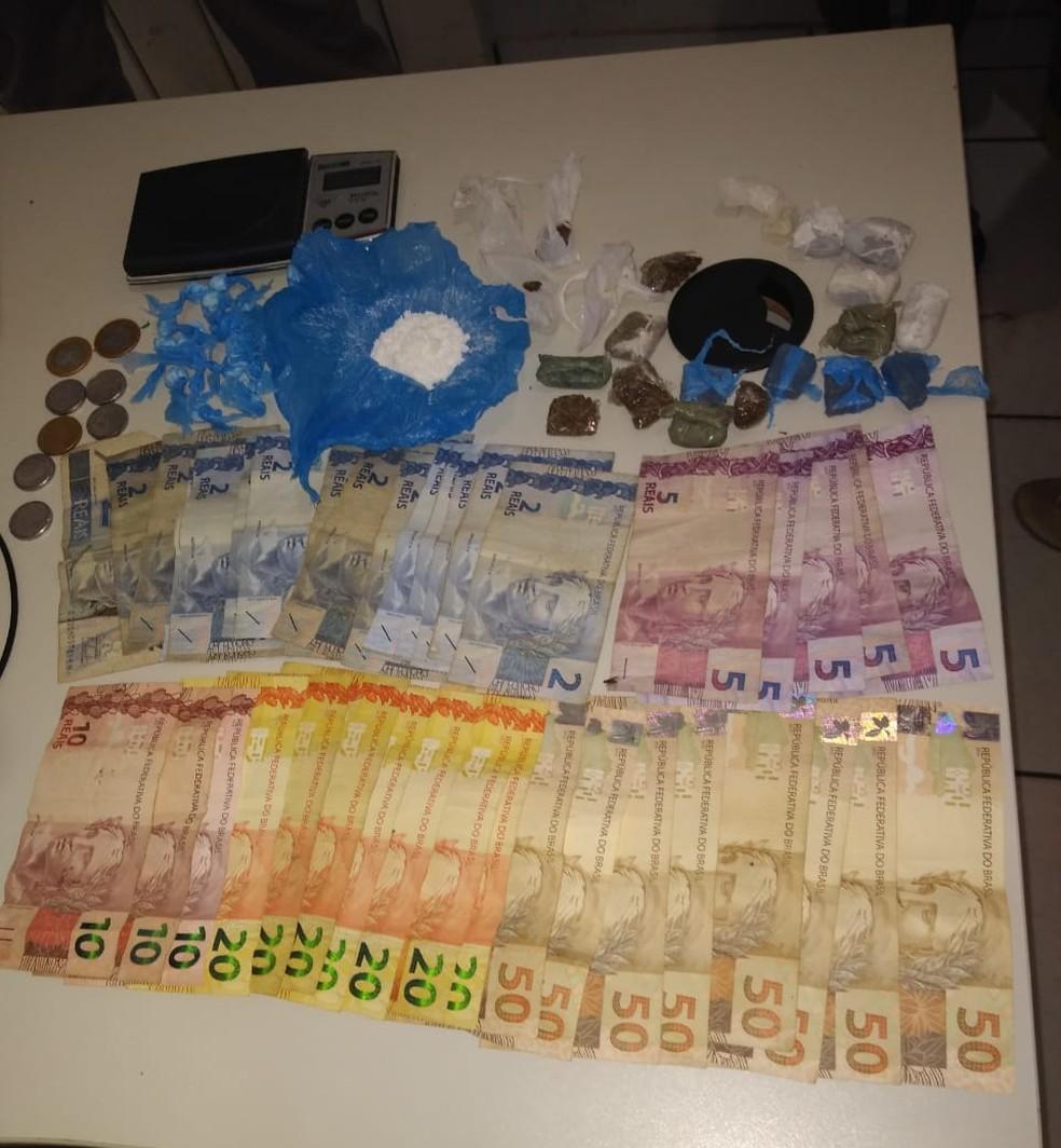 Drogas, dinheiro e balança de precisão foram apreendidos — Foto: Divulgação/Polícia Militar