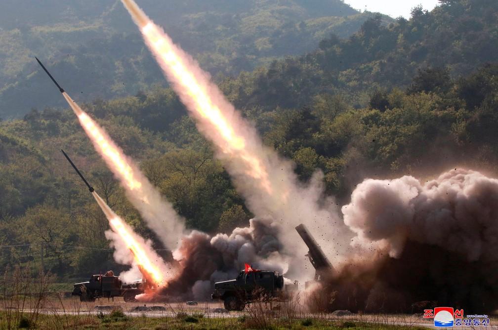 Governo da Coreia do Norte divulgou foto que mostra teste de seu sistema de mísseis ocorrido na quinta-feira (9)  — Foto: Agência Coreana Central de Notícias/Korea News Service via AP