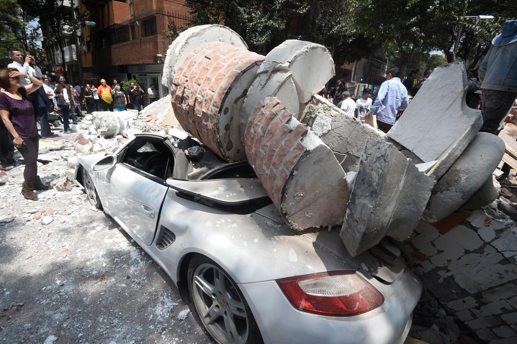 Carro é atingido por escombros de prédio após terremoto atingir a Cidade do México  (Foto: Alfredo Estrella / AFP)