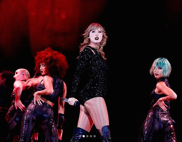 A cantora Taylor Swift em um show (Foto: Instagram)