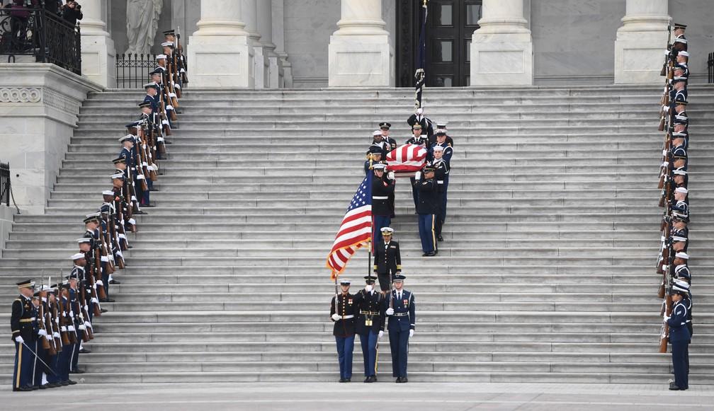 Caixão do ex-presidente dos Estados Unidos George H.W. Bush deixa o Capitólio, em Washington, nesta quarta-feira (5)  — Foto: Saul Loeb / AFP