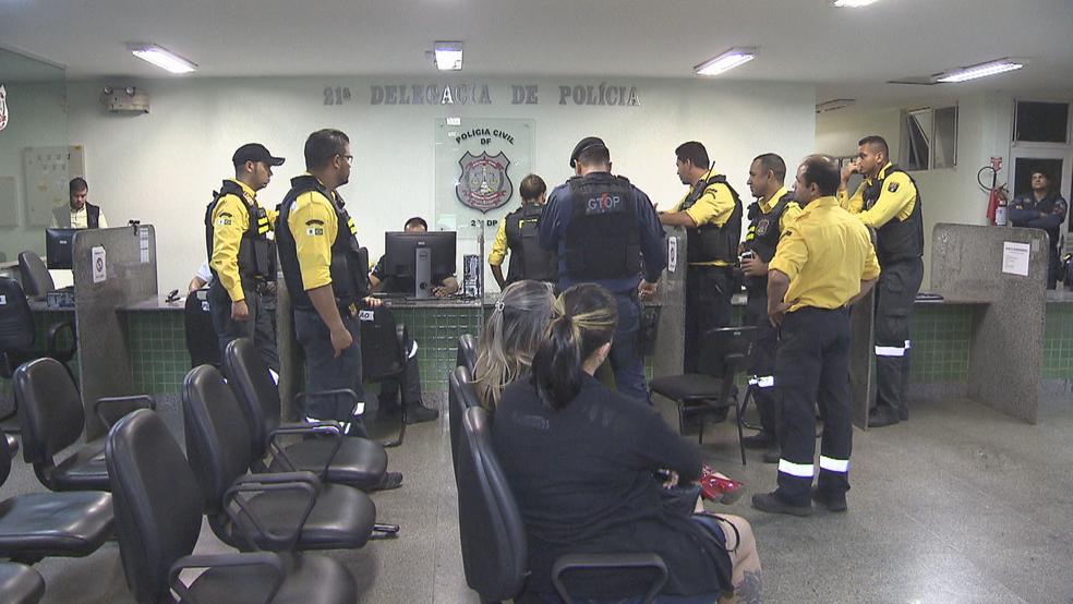 Agentes do Detran em delegacia no DF (Foto: TV Globo/Reprodução)