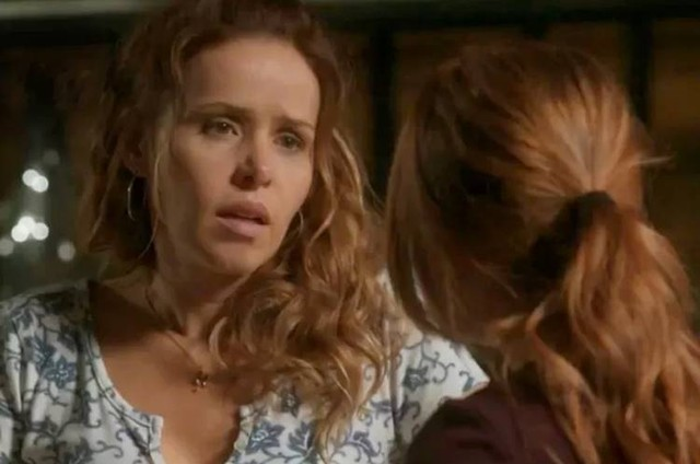Gilda (Leona Cavalli) e Eliza (Marina Ruy Barbosa) em 'Totalmente demais' (Foto: TV Globo)
