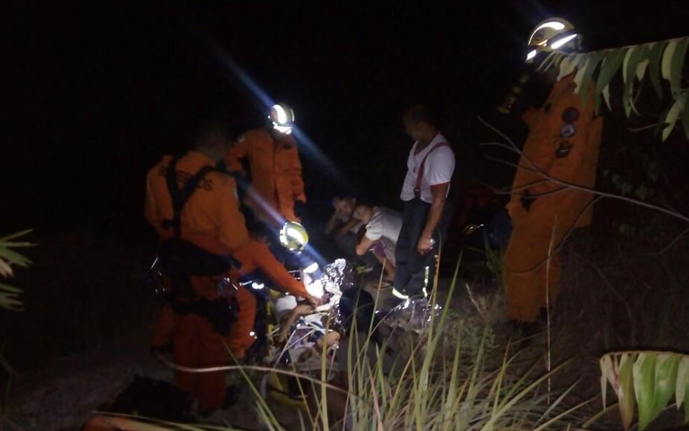 Resgate de dois jovens que caíram de altura de 4 metros em cachoeira do DF (Foto: CBMDF/Divulgação)