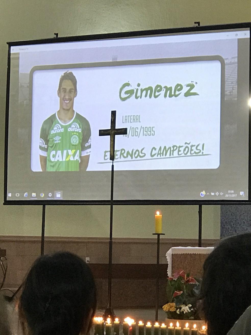 Um telão na catedral de Chapecó durante homenagem na madrugada desta quarta-feira (29) mostrou as vítimas que morreram no acidente aéreo com a Chapecoense (Foto: Cahê Mota/GloboEsporte.com)