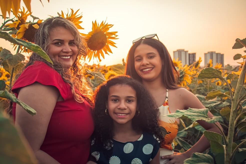 Família faz ensaio fotográfico em plantação de girassóis em Cerquilho — Foto: Mirelle Reis/Divulgação