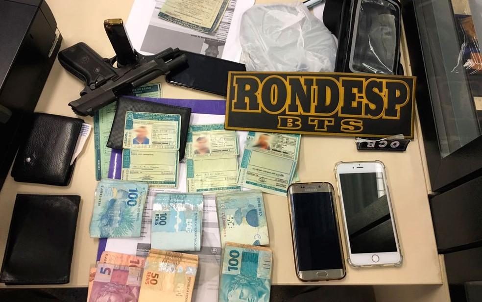 Soldado da PM e outros dois suspeitos foram presos em flagrante (Foto: Divulgação/Polícia Militar)