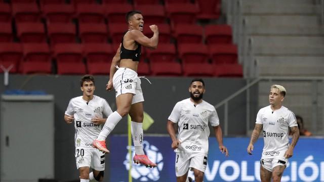 Marcos Leonardo, do Santos, comemora gol contra o San Lorenzo