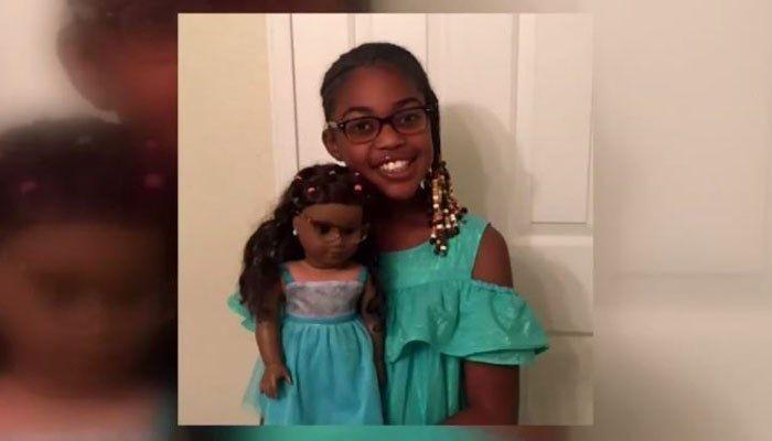 Chloe e uma de suas bonecas: a menina salvou o primo recém-nascido com as habilidades que aprendeu, brincando (Foto: Reprodução/Twitter)
