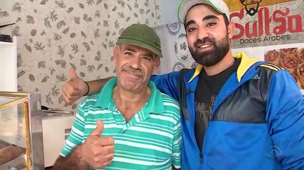 Hisham (à direita) veio da Síria com toda família (Foto: Reprodução RBS TV)