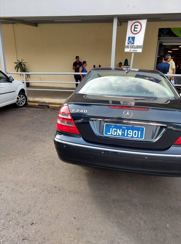 Carro de embaixada 'invade' vaga exclusiva para deficientes no DF