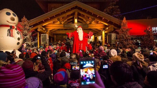 Para a capital da Lapônia, o verdadeiro milagre do Natal foi levar o turismo para um local longínquo (Foto: BBC/VISIT ROVANIEMI/DIVULGAÇÃO)