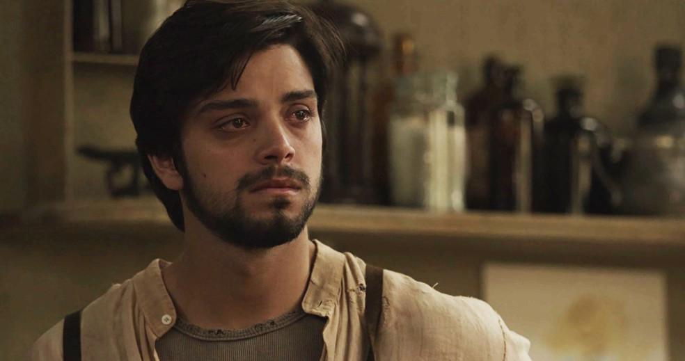 Ernesto confessa para Camilo que não consegue viver sem Ema (Foto: TV Globo)