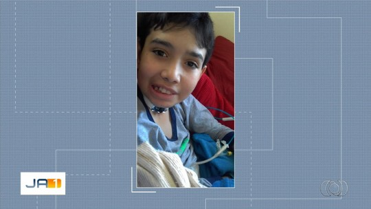 Menino com câncer na cabeça morre 24h após retirar aparelho para respirar em hospital de Goiânia, diz família