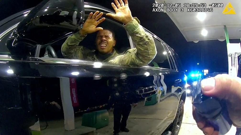 Caron Nazario, 2º Tenente do Exército dos EUA, ergue as mãos e recebe spray de pimenta no rosto, disparado pelo policial Joe Gutierrez, durante abordagem em posto de gasolina em Windsor, no estado da Virgínia, em 5 de dezembro de 2020 — Foto: Polícia de Windsor via Reuters