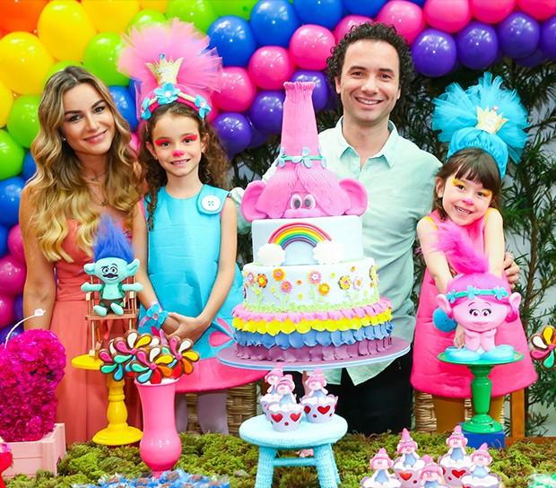 Marco Luque e a esposa, Flávia, com as filhas, Isa e Mel (Foto: Manuela Scarpa/Brazil News)
