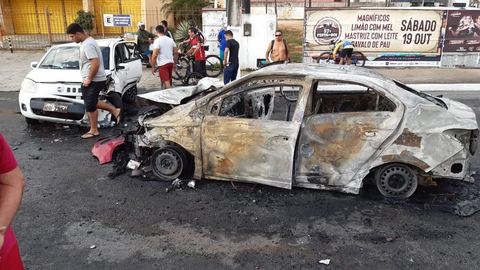 Carro pegou fogo após bater em outros cinco veículos na Roberto Freire — Foto: Sérgio Henrique Santos/Inter TV Cabugi