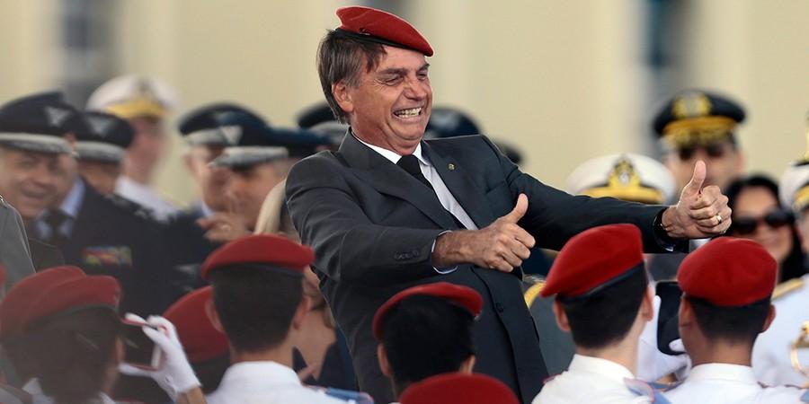 Jair Bolsonaro é festejado por alunos do Colégio Militar de Brasília; campanha em escolas militares tem sido uma das estratégias para crescimento eleitoral (Foto: JORGE WILLIAM/AGÊNCIA O GLOBO)