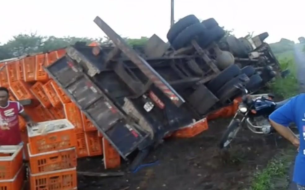 Caminhão com carga viva de frangos tomba em rodovia no interior do RN — Foto: Reprodução