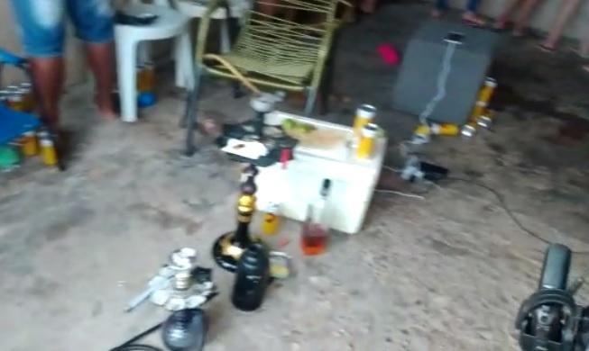 Polícia entra em casa para prender foragido, se depara com festa e pessoas sem máscara em MT