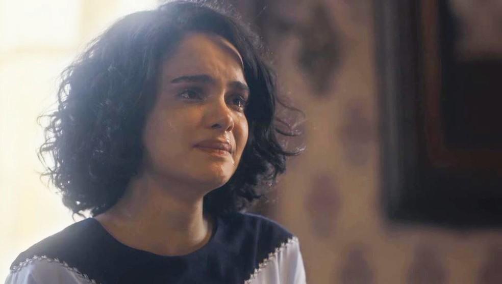 Inês (Carol Macedo) chora ao dizer para Shirley (Barbara Reis) que João Aranha (Caco Ciocler) não merece perdão — Foto: Globo