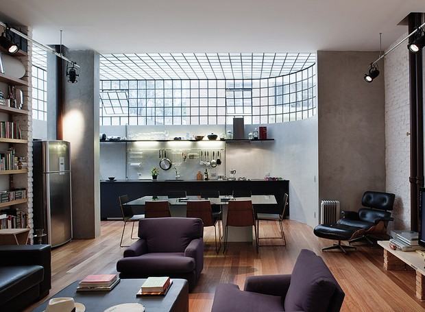 O arquiteto Juan Pablo Rosenberg deu novo uso ao apartamento térreo. Na reforma, ele demoliu todas as paredes e o teto de estuque que escondia a tubulação de gás. Com isso, ganhou 1,30 m de altura no pé-direito, antes com 2,60 m (Foto: Nelson Kon e Beto Consorte/Casa e Jardim)